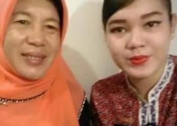 Shintia Melina, salah satu korban Lion Air bersama ibunda. (ist)