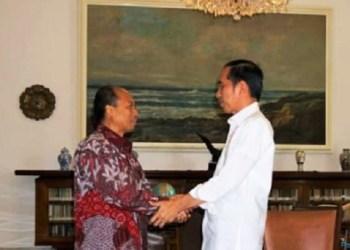 Sutopo bersalaman dengan Presiden Jokowi di Istana Kepresidenan Bogor, Jumat (5/10) siang. (foto: ist)