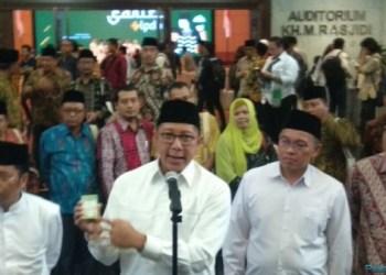 Menag Lukman Hakim Saifuddin menunjukkan Kartu Nikah pada konperensi pers, di auditorium Kemanag, Jakarta, Senin (12/11) petang. (Foto: Humas Kemenag)