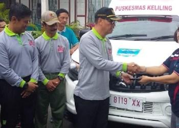 Bupati Mentawai menyerahkan bantuan bambulans bagi lima Puskesmas. (ers)