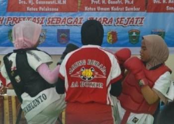 Atlet tarung derajat Sawahlunto bertarung di arena porprov xv. (tumpak)