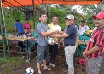 Wakil Bupati Pasaman Barat, H. Yulianto memberikan bola kaki kepada ketua panitia acara Turnamen sepak bola kaki yang di adakan di Jorong Lubuak Gobiang Nagari Kapa, Pasbar. (fadli)