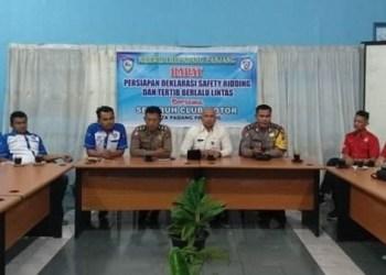 Kadishub Padangpanjang memberikan keterangan kepada pers terkait kegiatan road race yang akan digelar. (de)