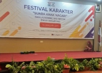 Anak anak yang sibuk dengan gadget masing-masing dalam Festival Karakter yang diadakan Rumah Anak Soleh Kota Padang, Senin (14/1). (rin)