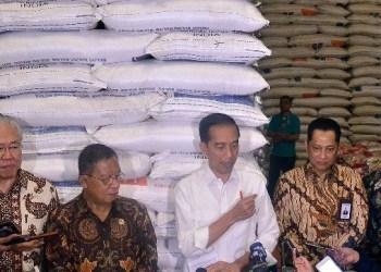 Presiden Jokowi didampingi sejumlah pejabat menjawab wartawan usai meninjau Gudang Bulog, Perum Bulog Divre DKI Jakarta, Kelapa Gading, Jakarta Utara, Kamis (10/1) pagi. (Foto: Humas)