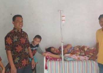 Kadinkes Mentawai meninjau layanan kesehatan di fasilitas kesehatan setempat. (ers)