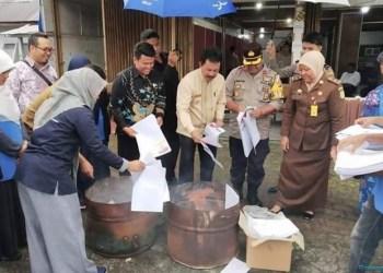 KPU Padangpanjang membakar surat suara rusak. (de)