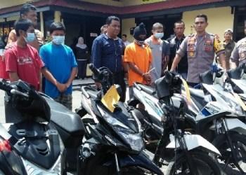 Barang bukti berupa 8 sepeda motor yang berhasil diamankan Polres Padangpanjang. (de)