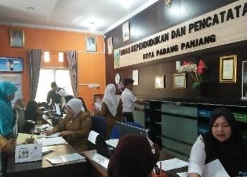 Suasana pelayanan di Disdukcapil Padangpanjang. (de)