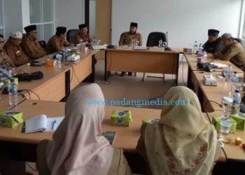 Rapat Walikota Padangpanjang Fadly Amran dengan jajarannya terkait rencana kedatangan Ustad Abdul Somad pada peringatan Isra Mi'raj Nabi Muhammad SAW, Senin (24/2/2020). (Kominfo Pdg Pjg)