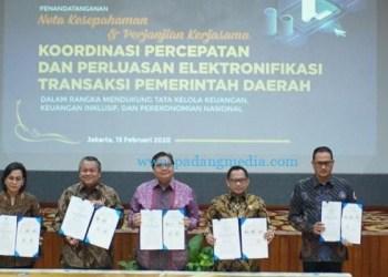 Penandatanganan Nota Kesepahaman Percepetan dan Perluasan Elektronfikasi Transaksi Pemda (ETP) di gedung Kemenko Perekonomian. (poto: Bank Indonesia)
