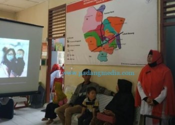 Petugas kesehatan di Puskesmas Manggopoh mengedukasi masyarakat terkait virus corona. (amc)