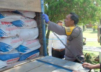 Truk bermuatan 8 ton pupuk bersubsidi jenis NPK Phonska berhasil diamankan Polres Payakumbuh. (Dok. Polres PYK)