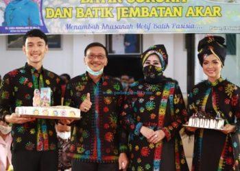 Bupati Pessel Hendrajoni dan istri mengenakan batik motif korona saat peluncuran motif batik tersebut, Selasa (19/1/2021). (Zal)