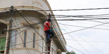 Petugas PLN memperbaiki jaringan listrik yang rusak akibat gempa M6,2 di Sulbar. (BNBP)