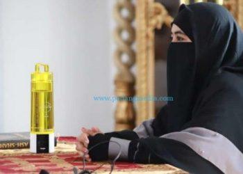 Ustadzah Ummi Pipik bertausiah di Masjid Samudera Ilahi Painan, Kamis (8/4/2021). (Zal)