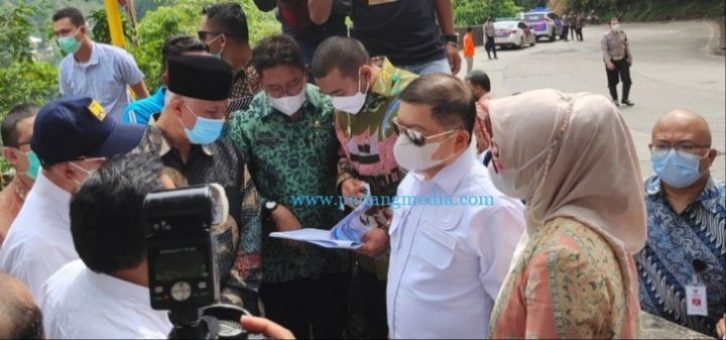 Menteri Bappenas Suharso didampingi gubernur Sumbar meninjau jalan Sitinjau Lauik, Kamis (8/4/2021). (Pemprov)