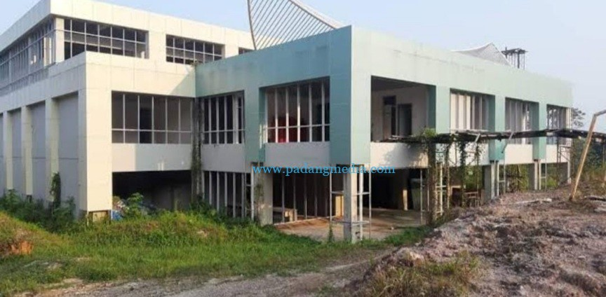Gedung relokasi RSUD M Zein di Bukit Kabun Taranak yang terbengkalai. (Zal)