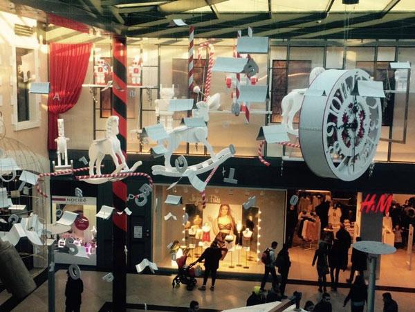 scénographie, mise en espace, visual merchandising, présentation, décor, décoration, visitation, centre commercial, wonderland, alice au pays des merveilles, chevaux à bascule, sucre d'orge