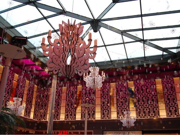 Etoile, scénographie, mise en espace, visual merchandising, présentation, décor, décoration, visitation, centre commercial, rococo, lustre, étoile, baroque rose