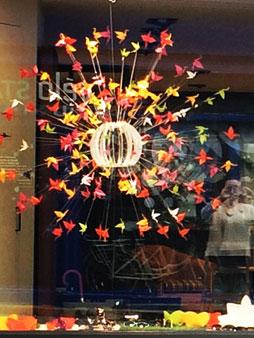 padedesign, design, scénographie, vitrine, espace, visual merchandising, décor, vente, présentation, boutique, aménagement, suspension, grue, origami, fleurs, printemps