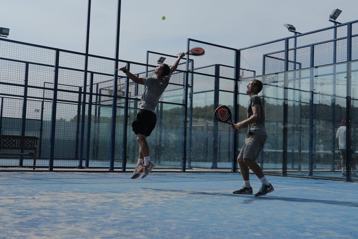 Padel al tenis2 Cuando y cómo usar los golpes neutros en pádel