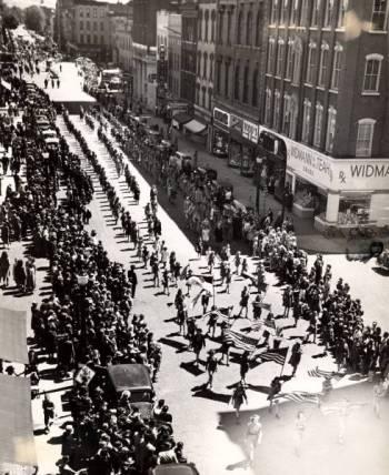 Memorial_Day_Parade_1945.jpg