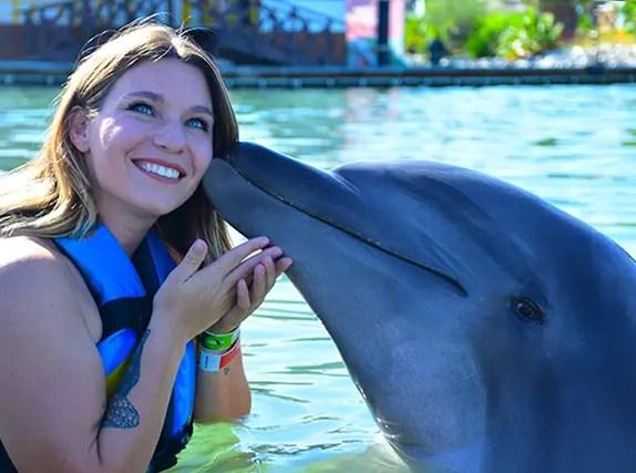 beso-con-delfín-los-cabos