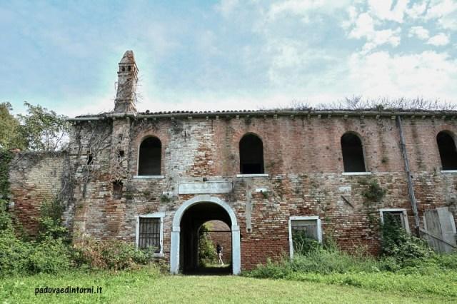 Lazzaretto vecchio Venezia - esterno con arco ©RobertaZago - padovaedintorni.it