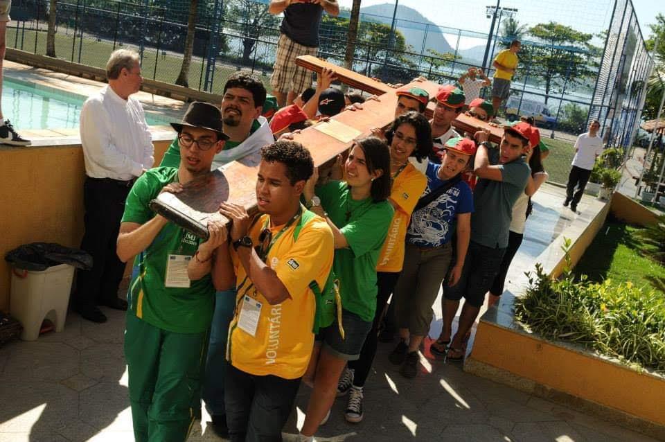 Pessoas transportar a cruz.