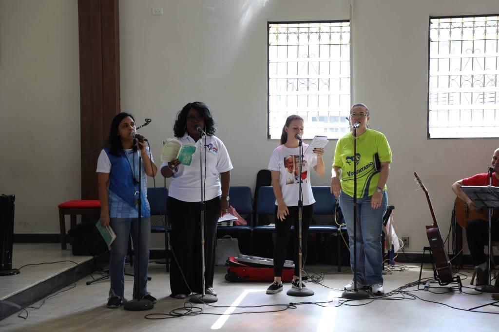 pessoas cantando