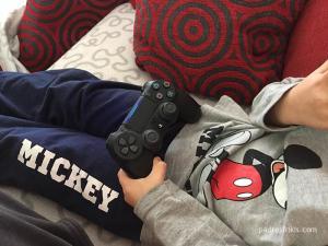 niño jugando playstation