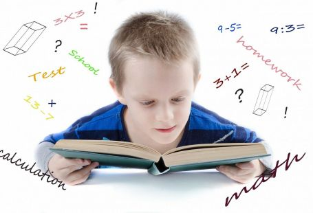 Junge lernt