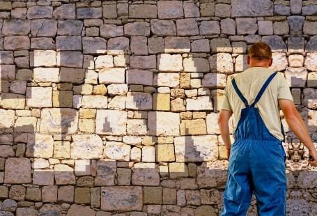 Arbeiter vor Mauer