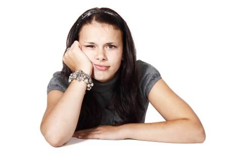 gelangweilt-skeptische Schülerin