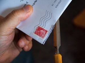 Hand hält einen Brief