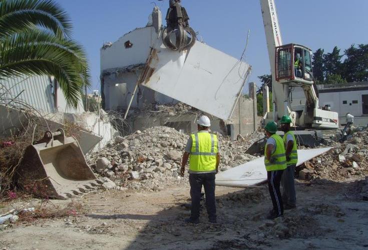 Ξεκίνησε η κατεδάφιση της ετοιμόρροπης οικοδομής στις Καμάρες