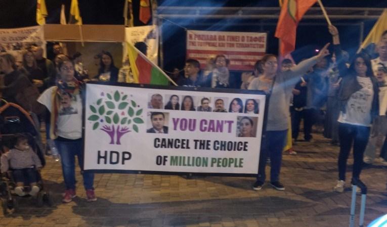 Στους δρόμους οι Κούρδοι το απόγευμα του Σαββάτου