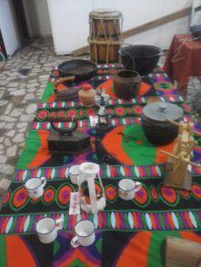 Objetos cedidos pela paroquiana Elizete (Pastoral da Criança) contavam a história da cozinha, por meio de objetos antigos.