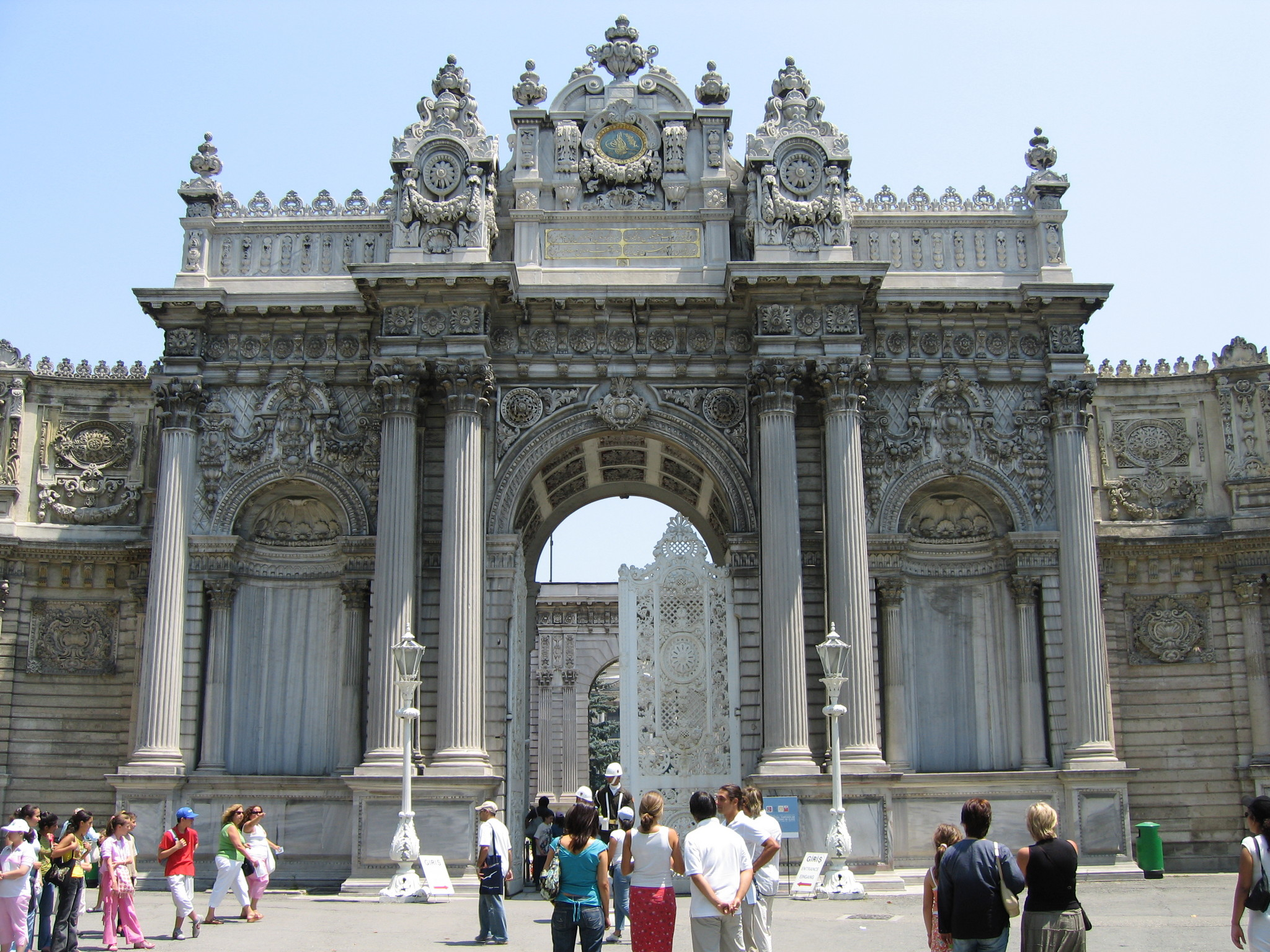 http://pages.pomona.edu/~sg064747/travel/images/Turkey/Dolmabahce/2048-DolmabahceMainGate.jpg