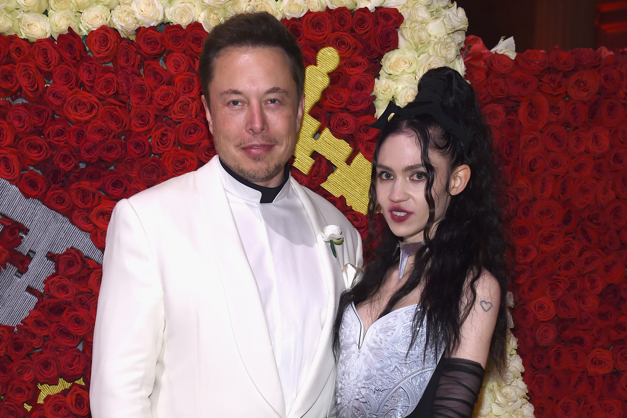 Grimes Is Pregnant Elon Musk S Girlfriend Shares Bizarre Baby Bump Photo