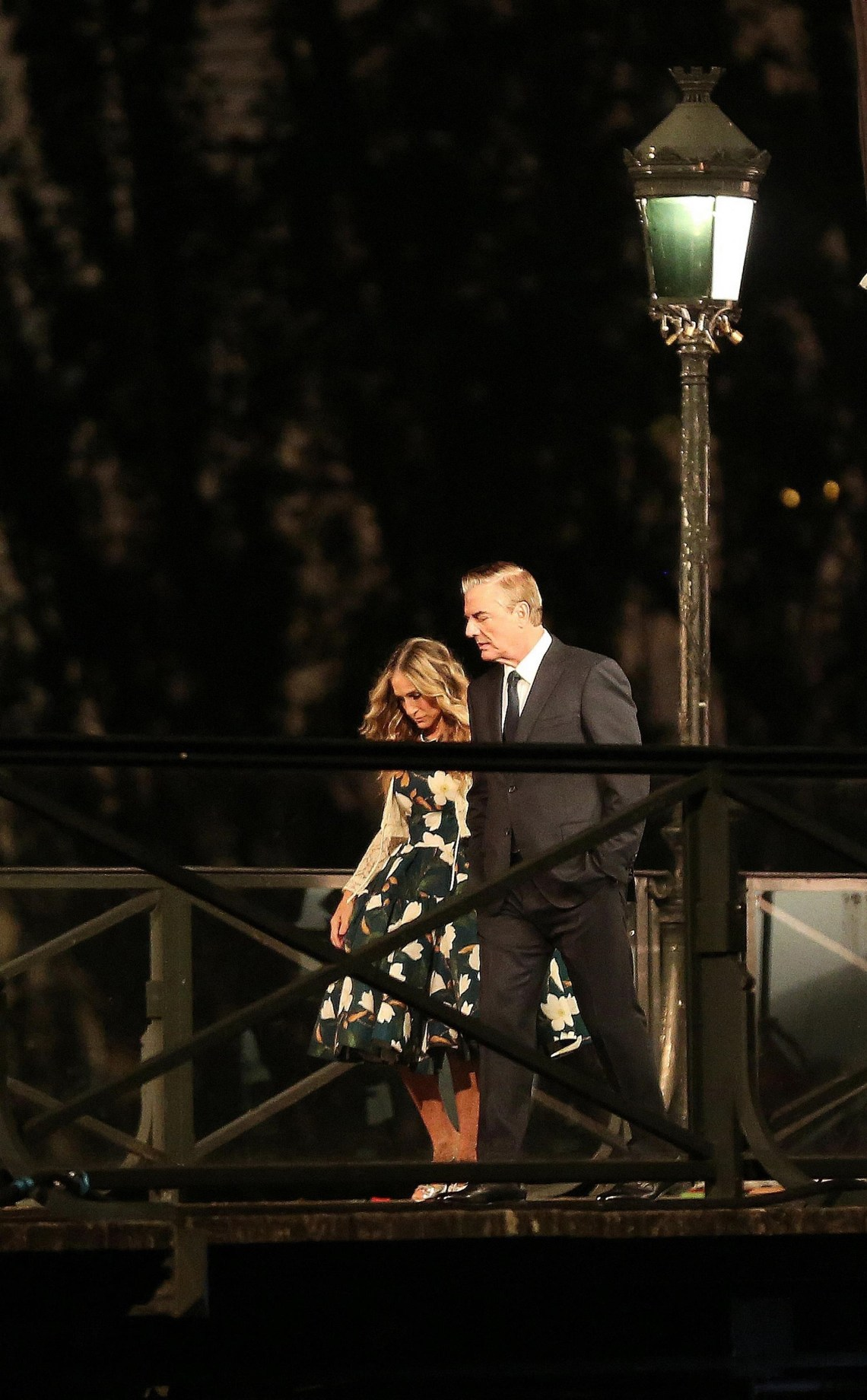 """Sarah Jessica Parker and Chris Noth shoot a scene in Paris for """"Sex and The City"""""""