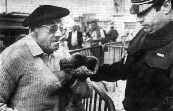 Photo de Julien Favret arrivant � l'audience, �g�, avec des lunettes et un b�ret sur la t�te