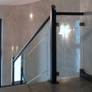Parapetto interno classico in acciaio e vetro