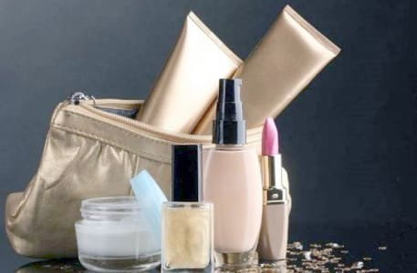 Makeup untuk Travelling, Apa Saja yang Penting?