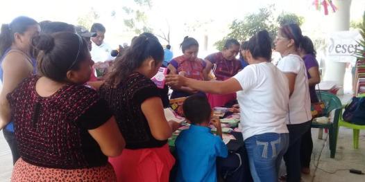 """En San Mateo del Mar, la agrupación feminista """"Ddser Ikoots"""" apoya a las mujeres."""