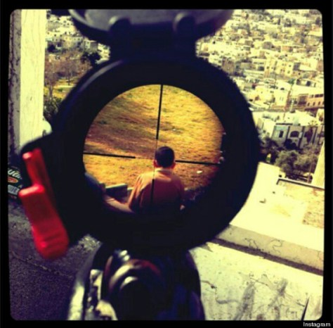 Soldado-israelita-apunta-a-niño-palestino