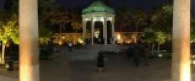 Vista nocturna del mausoleo de Hafez