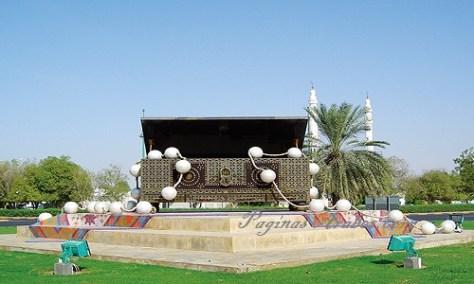 La función cultural del baúl de ajuar se destaca en esta obra de arte pública de Al Ain, Emiratos Árabes Unidos, ubicada en una rotonda de tráfico. ©Walter Brian Hall