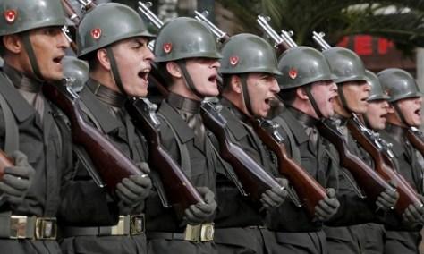 Soldados turcos marchan en Estambul durante el Día de la República, el 29 de octubre de 2015 (Reuters)